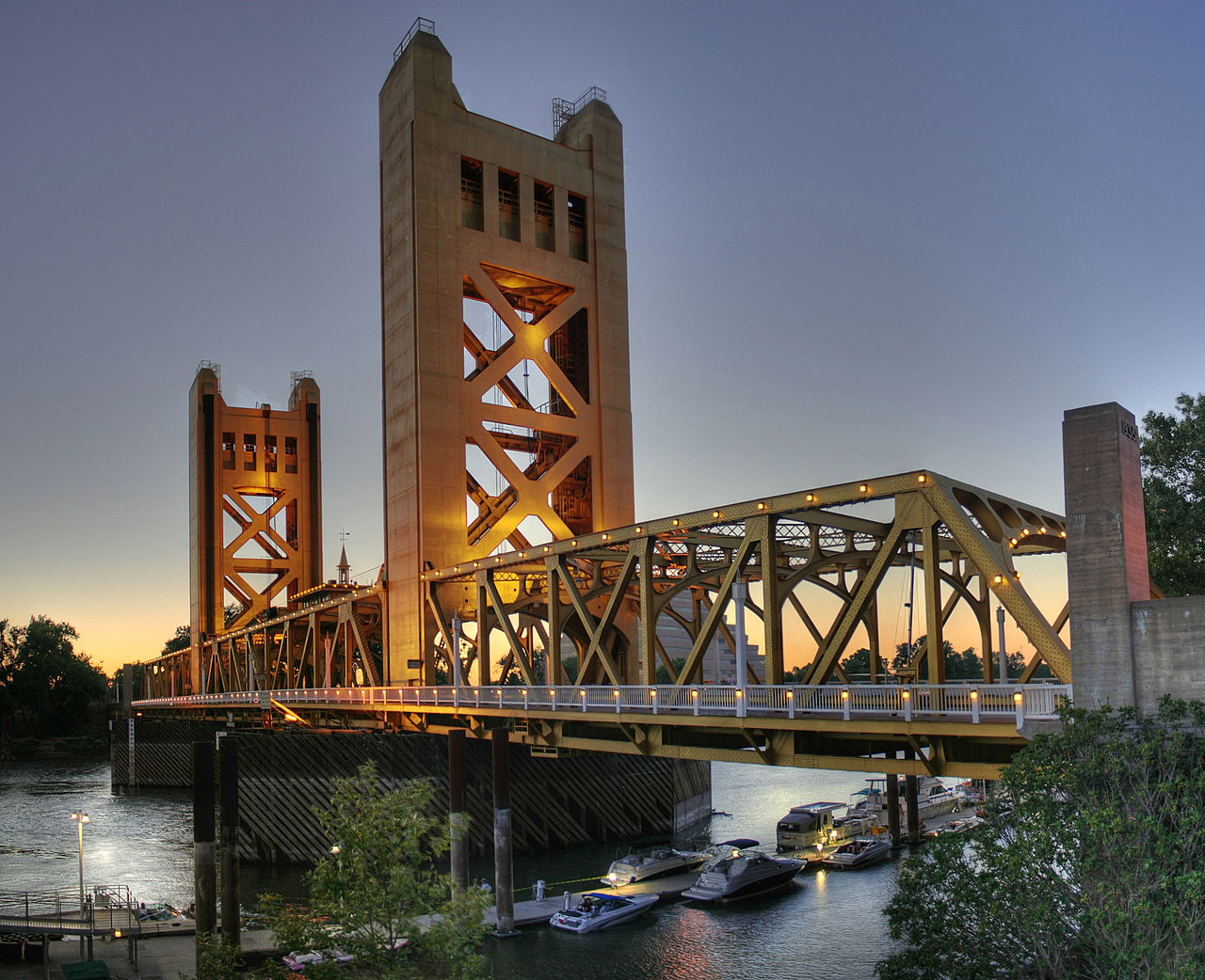 1280px-Tower_Bridge_Sacramento_edit